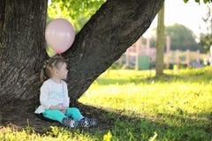 Маленькие дети идут в парк Стоковое Изображение RF