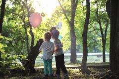 Маленькие дети идут в парк стоковое фото rf