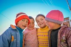 МАЛЕНЬКИЕ ДЕТИ ПРЕДСТАВЛЯЯ НА МОНАСТЫРЕ LAMAYURU стоковое фото rf