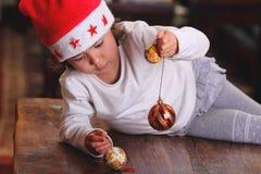 Маленькие детские игры с украшением вала xmas стоковая фотография rf