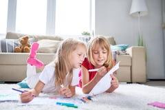 Маленькие друзья обернутые вверх в чертеже стоковое фото