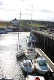 Маленькие лодки в гавани Eyemouth и доме Gunsgreen стоковая фотография