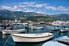 Маленькие лодки и большие яхты причаленные в гавани Dubva, Черногории Стоковая Фотография