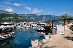Маленькие лодки и большие яхты причаленные в Марине, гавани Dubva, Черногории Стоковое Изображение RF