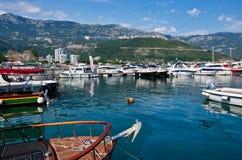 Маленькие лодки и большие яхты причаленные в Марине, гавани Dubva, Черногории Стоковое Фото