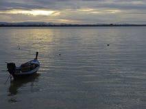 Маленькие лодки и штиль на море в небе утра Стоковые Фотографии RF