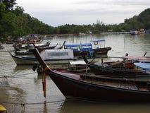 Маленькие лодки и штиль на море в небе утра Стоковое Фото