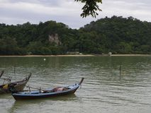 Маленькие лодки и штиль на море в небе утра Стоковое Изображение
