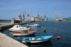 Маленькие лодки, краны, пулы затаивают, пулы, Хорватия стоковая фотография