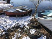 Маленькие лодки на земле во время зимы автошины автомобиля старые стоковые фотографии rf