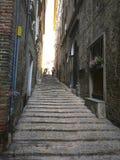 Маленькие переулки и аркы в средневековом центре Jesi, Италии стоковая фотография rf