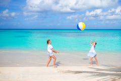 Маленькие прелестные девушки играя с шариком на пляже Стоковое фото RF