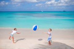 Маленькие прелестные девушки играя с шариком на пляже Стоковые Фото