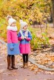 Маленькие прелестные девушки outdoors на теплом солнечном дне осени Стоковая Фотография