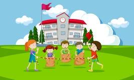 Маленькие ребеята имея гонку мешка картошки бесплатная иллюстрация