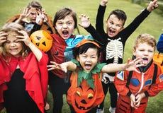 Маленькие ребеята на партии хеллоуина стоковое фото