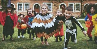 Маленькие ребеята на партии хеллоуина стоковая фотография rf