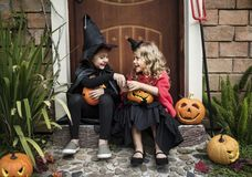 Маленькие ребеята на партии хеллоуина стоковая фотография