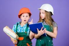 Маленькие ребята в шлеме с планшетом и роликом r r r Мастер стоковая фотография rf