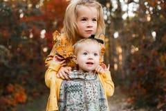 Маленькие ребята идут в лес осени в ретро платьях стоковое изображение rf