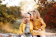 Маленькие ребята идут в лес осени в ретро платьях стоковая фотография rf