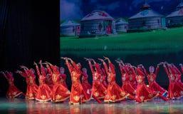 Маленькие сестры в злаковик-китайском классическом танце Стоковые Изображения