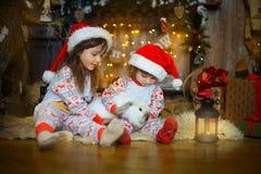 Маленькие сестры в пижамах на Рожденственской ночи стоковая фотография rf