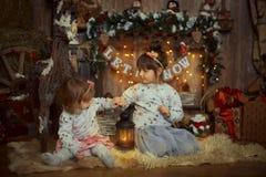 Маленькие сестры на Рожденственской ночи стоковая фотография