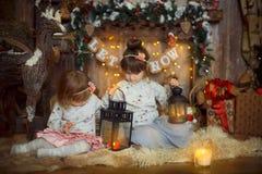 Маленькие сестры на Рожденственской ночи стоковые фото