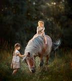 Маленькие сестры с лошадью стоковые фото