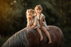 Маленькие сестры с лошадью стоковое фото rf