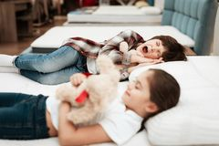 Маленькие счастливые объятия девушки носят лежать на кровати В снах мальчика предпосылки Стоковое Изображение RF