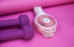 Маленькие фиолетовые весы и портативный вентилятор стоковые изображения rf
