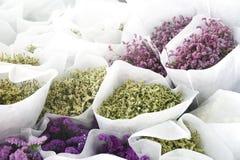 Маленькие цветки в белом букете стоковые фото