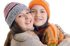 Маленькие девочки в теплый обнимать одежд зимы Стоковое фото RF