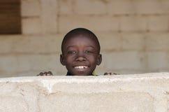 Маленький африканский прелестный мальчик усмехаясь с предпосылкой космоса экземпляра стоковые изображения rf