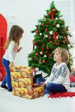 Маленький брат и сестра получили подарки Концепция Christm Стоковые Фотографии RF
