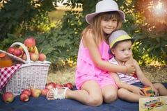 Маленький брат и сестра сидя на одеяле стоковые фотографии rf