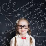 Маленький гений Умный студент математики маленькой девочки стоковая фотография rf