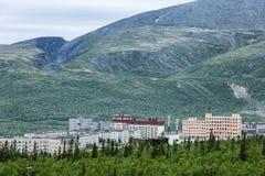 Маленький город в горах озером Стоковые Фото
