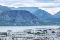 Маленький город в горах озером Стоковое Изображение
