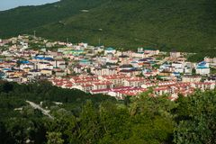 Маленький город в ущелье горы Красивый вид от высоты Вечер лета в горе стоковые фото