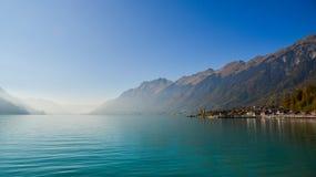 Маленький город на стороне озера Brienz, Швейцарии стоковые фото
