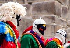 Маленький город Перу около священной долины проводит религиозный праздник при местные люди одетые в церемониальных костюмах Стоковые Фотографии RF