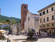 Маленький город Pietrasanta в главной площади Тосканы с котом Duomo стоковые фотографии rf