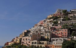 Маленький город Positano вдоль побережья Амальфи со своими много чудесных цветами и террасных домов, кампанией, Италией стоковые изображения