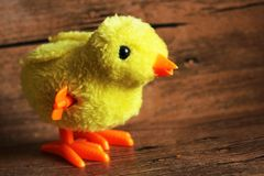 Маленький декоративный цыпленок на деревянной предпосылке Стоковые Изображения RF