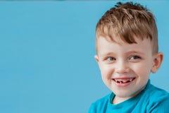 Маленький мальчик тарифа смешивания делая сторону потехи в много эмоций стоковые фотографии rf