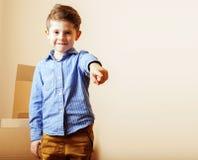 Маленький милый мальчик в пустой комнате, remoove к новому дому домашние одни, Стоковые Фотографии RF