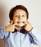 Маленький милый мальчик на белых clo tumbs жеста предпосылки вверх усмехаясь Стоковые Фотографии RF